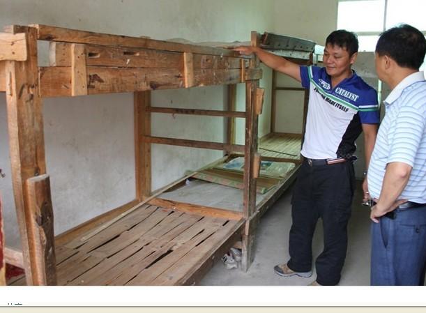 2011年8月,为特教学校学生募集捐献双层铁架床30套